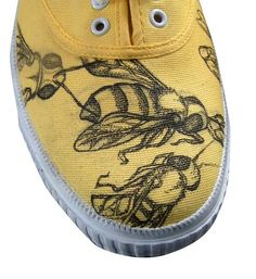 Could you stamp shoes for a costume? Bee shoes by AnthropoidClothing on Etsy, Steampunk Accessoires, Buzzy Bee, I Love Bees, Painted Shoes, Painted Sneakers, Painted Clothes, Bee Jewelry, Bee Art, Bee Design