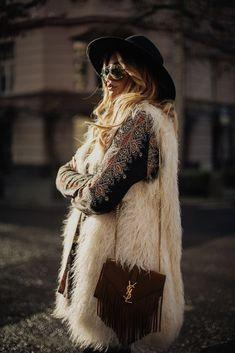 52 Ideas Fashion Boho Winter Bohemian Style Source by anoukmoana fashion winter hippie Boho Mode, Mode Hippie, Hippie Look, Hippie Style, Gypsy Style, Fashion Mode, New Fashion, Trendy Fashion, Fashion Trends