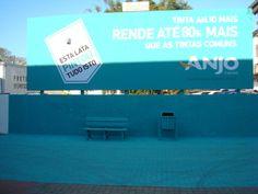 A Anjo Tintas realizou uma ação de marketing diferenciada de mídia externa: um outdoor foi pintado com a Tinta Acrílica Premium Anjo Mais, a tinta de maior rendimento do mercado, e como sobrou produto no galão (3,6 litros de tinta), o pintor pintou também o muro, o chão, o banco e a lixeira