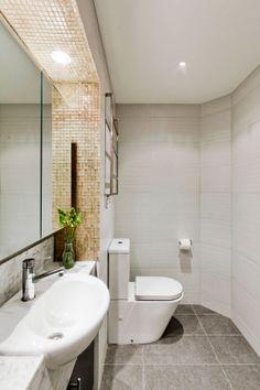 White, grey and gold Bad Inspiration, Bathroom Inspiration, Bathroom Ideas, Grey And Gold, Corner Bathtub, Modern Bathroom, Toilet, Bright, Interior Design