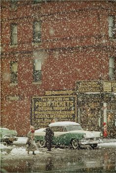 Saul Leiter found warmth in the rain and snow falling on New York City. Leiter was 23 when he left his native Pittsburgh for New York. Saul Leiter, Vivian Maier, William Eggleston, Color Photography, Street Photography, Fashion Photography, Glamour Photography, Vintage Photography, Editorial Photography
