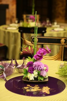 #和婚 #wedding Wedding Guest Table, Wedding Table Flowers, Wedding Table Decorations, Wedding Table Settings, Bridal Flowers, New Years Decorations, Chinese Wedding Decor, Japanese Wedding, Ikebana Arrangements