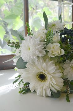 white gerber daisy and white chrysanthemum