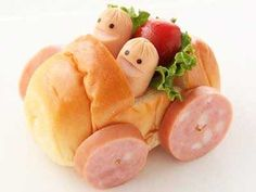 two hot dog kids sitting in salad seats riding in a roll car with ham wheels! Fun food for kids +++ Comida divertida niños infantil coche carrito sandwichero Cute Food, Good Food, Yummy Food, Yummy Lunch, Toddler Meals, Kids Meals, Baby Food Recipes, Snack Recipes, Dog Recipes