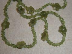 (18) Collana con peridoto e fiori di giadeite. L. 62.