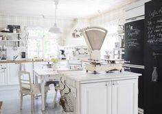 Mitä maalaisromanttiseen keittiöön kuuluu? Peiliovinen kaapisto, avohyllyjä… Sweet Home, Cottage Kitchen, Furniture, Kitchen, Kitchen Dining, Home Decor, Room, Dining, Dining Room