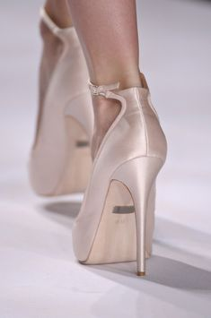 Badgley Mischka Spring 2013 Details - via: whatchathinkaboutthat - Imgend High Shoes, Shoes Heels, Pumps, Fashion Shoes, Girl Fashion, All About Shoes, Badgley Mischka, Beautiful Shoes, Girls Shoes