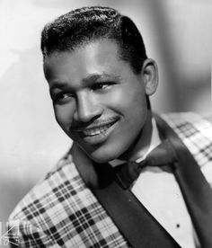 Looks more like a classy jazz musician. The elegant Sugar Ray Robinson. The best pound for pound boxer of all time. Sugar Ray Robinson, American Boxer, American Sports, Boxing Images, Muhammad Ali Boxing, Boxing History, Vintage Black Glamour, Jazz Musicians, Sports Figures