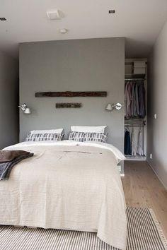 Une chambre parentale grise et parquet bois clair à la déco zen