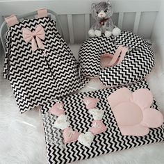 Modastra Siyah Beyaz Zigzag Desenli Puset Örtüsü ve A autour du tissu déco enfant paques bébé déco mariage diy et crochet Baby Doll Nursery, Baby Bedroom, Baby Room Decor, Quilt Baby, Baby Set, Baby Sewing Projects, Baby Pillows, Baby Crafts, Baby Accessories