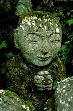 Little Buddha statue becoming consumed by moss and lichen. Moss Garden, Garden Stones, Garden Art, Garden Design, Sculpture Art, Garden Sculpture, Little Buddha, Art Japonais, Photos Voyages