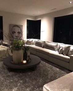 Warmte door kleed en bank Home Interior Design, New Homes, House Interior, Contemporary Living Room Design, Home, Luxe Lounge, Chic Living, Home Decor, Residential Interior Design