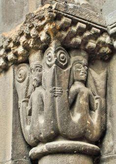 Sirenas de dos colas - Ciaño, Concejo de Langreo, Asturias -- Las #sirenas en la iconografía románica, tanto de una cola como de dos, representan la seducción y el atrapamiento por los placeres carnales que distraían a los hombres de sus propósitos
