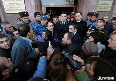 En manifestaciones ante la embajada rusa y la casa presidencial en Erevan que se sumaron a lasrealizadasdesde hacedías ante la base militar rusa enGyumri, el gobiernoarmeniose apresuró a informar queel soldado ruso será juzgado en Armenia.