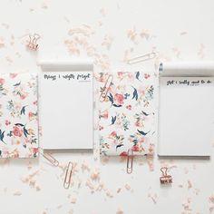 Acabamos o dia a lançar um produto e modelo novo! São blocos  aqueles de secretária giros, onde escrever tudo e mais um par de botas para não ficar esquecido! E têm frases lindas!! E são giros à brava! E como sempre, podem personalizar como quiserem e a gosto! ❤❤ #theprettyhandmade #handmadenotebooks #notebooks #inspiring #newcollection #stationary #notepad