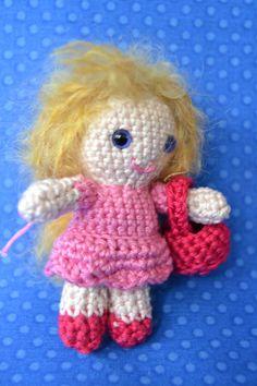 Pretty doll with pink bag amigurumi  Linda muñeca con por Amigurize, €25.00