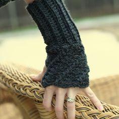 Twist Fingerless Glove Pattern and more marvelous crochet fingerless mitts patterns Crochet Hand Warmers, Crochet Mitts, Crochet Gloves, Crochet Scarves, Crochet Hooks, Free Crochet, Knit Crochet, Crochet Twist, Crochet Vintage