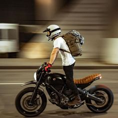 Scrambler y Cafe Racer Puebla! Cafe Racer Style, Cafe Racer Bikes, Cafe Racer Motorcycle, Motorcycle Style, Motorcycle Outfit, Ducati Scrambler, Bell Moto, Cafe Racing, R80