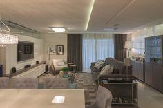 Este apartamento foi projetado para um jovem casal que aprecia ambientes luxuosos e que adora receber amigos e familiares. Pensando nisso, os arquitetos Mirela Ampezzan e Lauro Maciel projetaram um apartamento contemporâneo e, nos móveis, predominaram lacas nas cores cinza e branca, além de materiais como a madeira. Tudo em perfeito equilíbrio.