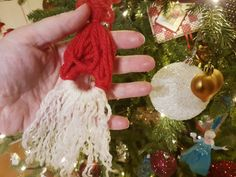1. desember – 13 dager igjen til jul Tenk nå er vi nesten halveis i nedtellingen. Som jeg sa, tiden flyr, så her gjelder det å nyte. I dag skal vi også lage et nostalgisk ornament. Et ornament mamma og pappa kanskje vil kjenne igjen og kanskje du har sett på juletre til besteforeldre? Vi skal lage Garnnisse Du trenger: Gardinring rødt og hvit garn Saks Slik gjør du: Del opp hvit og rødt garn i like lengder, ca 5-8 cm Legg lengedene i to, brett de rundt ringen og tre endene inn i løkken…