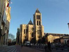 Basilica di Saint-Denis;1136 d.C. Nella facciata dell'edificio la struttura romanica venne abbattuta per essere sostituita da un monumentale ingresso,si accede all'edificio attraverso tre portali ricchi di decorazioni scultoree,le navate vengono ampliate, uno dei due campanili viene demolito.Nella parte più interna del coro si estende un'abside profonda di tre campate circondata da un corridoio, suddiviso in due passaggi concentrici, retrostante l'altare principale, impostato a raggiera.