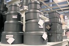 Stoere opbergblikken van Label51. Perfect voor spullen die je wilt beschermen tegen direct zonlicht, zoals foto's, krantenknipsels en allerlei knutselmaterialen. #Label51 #opbergblik #metaal #grijs #decoratie | Vind inspiratie bij DOK 2 Veenendaal.