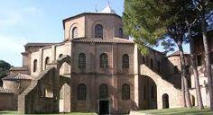 Basilica di San Vitale; 532-547 d.C.; Ravenna. Veduta dall'esterno.   L'edificio ha pianta ottogonale, e presenta un aspetto sobrio strutturato di soli mattoni a vista.