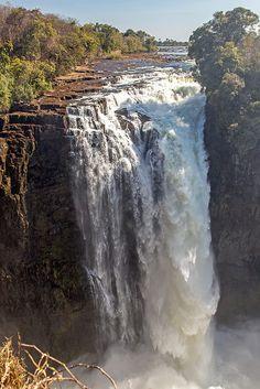 Victoria Falls and the Zambezi River, viewed from Zimbabwe ~ UNESCO World Heritage Site Paises Da Africa, Zimbabwe Africa, Chutes Victoria, Beautiful World, Beautiful Places, Places Around The World, Around The Worlds, Nature Sauvage, Reserva Natural