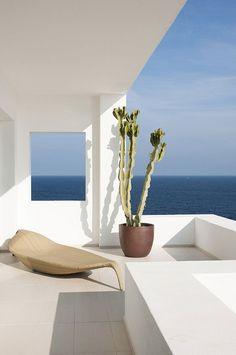 Villa Rental:Ibiza 4 Bedroom Modern Villa in Roca Llisa with 2 pools. There's no shortage of beautiful, exclusive private villas on Ibiza. Modern Architecture House, Interior Architecture, Exterior Design, Interior And Exterior, White Beach Houses, Balcony Furniture, Wicker Furniture, Villa, Spanish House