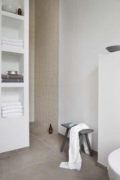 KARWEI | Het gebruik van glanzende tegels in een off-white tint zorgt voor een zachter, natuurlijker effect in de badkamer.  #karwei #badkamer #wooninspiratie