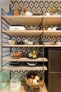 キッチンの収納棚は新品の板を古材っぽく塗装して、オーダーメイドのフレームと組み合わせた。
