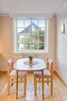 God plass til spisebord på kjøkkenet.