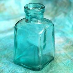 blue glass / shades of aqua and turquoise Shades Of Turquoise, Shades Of Blue, Antique Bottles, Vintage Bottles, Antique Glass, Tiffany Blue, Vert Turquoise, Turquoise Glass, Aqua Glass