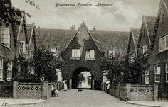 De Bisonstraat in tuindorp Heijplaat uit het zuidoosten. Achter de poort een stukje van de Heijplaatstraat. (datering: 1930, pbk 524)