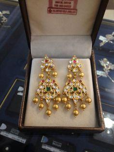 Kundan earings Indian Jewelry Earrings, Jewelry Design Earrings, Gold Earrings Designs, India Jewelry, Gold Jewellery Design, Ear Jewelry, Bridal Jewelry, Jewelery, Gold Jewelry