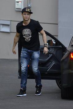 Cristiano Ronaldo สุดยอดนักฟุตบอลทำรายได้มากที่สุดแห่งปี ด้วยความหล่อ เก่งที่เข้าตา #sbothai จึงทำให้เขากลายเป็นหนุ่มฮอตประวงการฟุตบอลของโลก www.thsbo222.com