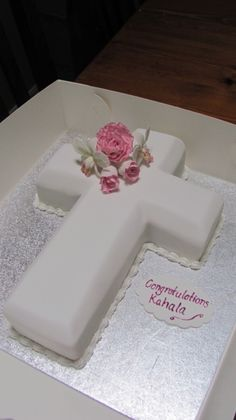 First Communion on Cake Central Más First Holy Communion Cake, First Communion Dresses, First Communion Banner, Comunion Cakes, Communion Centerpieces, Confirmation Cakes, Baptism Cakes, Cross Cakes, Religious Cakes