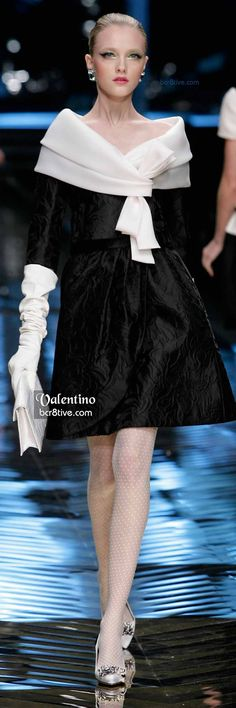 Gorgeous open collar Valentino