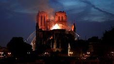 Combate ao incêndio na Catedral de Notre-Dame adentra a noite em Paris — Foto: Benoit Tessier/AFP Tour Saint Jacques, Rio Sena, Image Paris, Gothic Buildings, Famous Monuments, York Minster, Powerful Images, Windsor Castle, Heritage Site