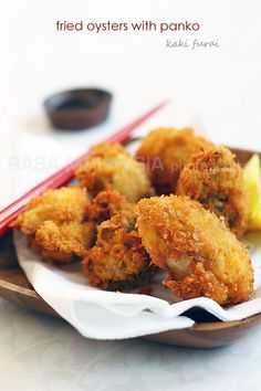 Fried Oysters with Panko (Kaki Furai/Kaki Fry) recipe - Everyone loves panko, or Japanese bread crumb, that gives fried foods an airy, light, and super crispy coating. Fish Dishes, Seafood Dishes, Fish And Seafood, Shellfish Recipes, Seafood Recipes, Cooking Recipes, Sushi Recipes, Cooking Tips, Oyster Recipes