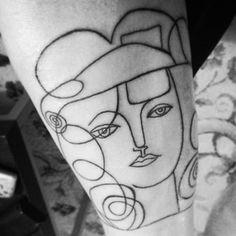 Este elegante desenho de mulher.   21 tatuagens de Picasso que vão fazer todo mundo se apaixonar