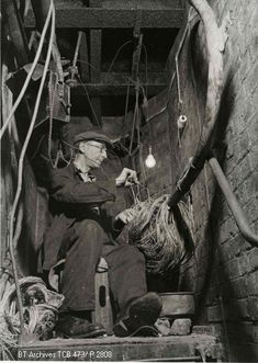 Telephone engineer jointing cables in a manhole in London, probably repairing earlier wartime damage. Telephone Exchange, Back To The 50s, Old Phone, Old Pictures, Vintage Photos, Black And White, History, Technology, Engineer