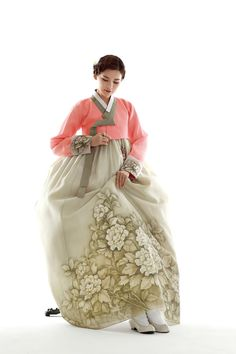 친정어머니 190 Traditional Gowns, Korean Traditional Dress, Traditional Fashion, Oriental Dress, Oriental Fashion, Asian Fashion, Korean Dress, Korean Outfits, Modern Hanbok