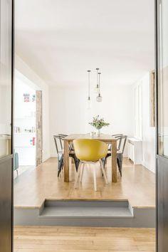 Avant/après : un 71 m2 parisien. La salle à manger surélevée, assise jaune au look vintage