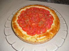 Massa  -   - 30 grs de fermento biológico fresco  - 150ml de água morna  - 80ml de óleo  - 300grs de farinha de trigo  - 1/2 colher de sopa de açucar  - sal a gosto  - Recheio  -   - 400grs de bacalhau  - 2 tomates picados sem sementes  - 1 cebola picada  - 2 dentes de alho amassados  - azeitonas pretas picadas  - cheiro verde  - 1 copo de requeijão cremoso  - 2 tomates cortados em rodelas  - orégano  - pimenta à gosto, se desejar