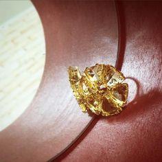 #glamour #fashion #today #hoje #dia #evening #night #noite #paulaferreira #semijoias #lindo #a #b #c #yellow #amarelo #vermelho #tub #mirror #espelho #reflexo #stone #brasilian #ring #anel #gold #ouro #dourado
