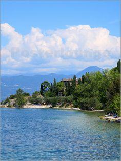 Italien Urlaub am Gardasee mit schöner Strandlandschaft als Poster oder Kunstdruck erhältlich bei Posterlounge https://www.posterlounge.de/urlaub-am-gardasee-pr636080.html