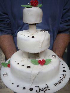 Tabler Torten. Drei-stöckige Hochzeits-Torte mit weißem Marzipanüberzug und Schokoschrift.