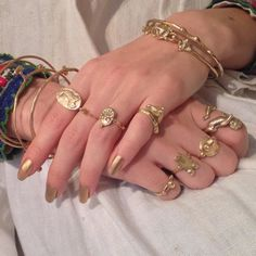 loads of gold jewelry bling with gold nails too Cute Jewelry, Gold Jewelry, Jewelry Box, Jewelry Accessories, Fashion Accessories, Jewellery, Bling Bling, Colar Fashion, Piercings