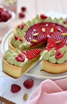 Sprinkles Dress: Tart pistacchio e lamponi Pastry Recipes, Tart Recipes, Sweet Recipes, Lithuanian Recipes, Dessert Presentation, Naked Cakes, French Desserts, Gourmet Desserts, Bread Cake